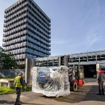 Mitarbeiter der Spezialfirma bei der Verladung des 3D-Druckers MPA Stuttgart