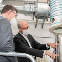 Prof. Dr.-Ing. Stefan Weihe (rechts) erläutert Dr. Kaufmann MdB (links) den Aufbau einer Prüfeinrichtung für Wasserstoffdrücke bis 1000 bar